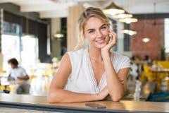 Kobieta przy sklep z kawą obraz royalty free