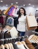 Kobieta przy sklepem odzieżowym Fotografia Stock