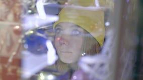 Kobieta przy sklepu przodem zbiory wideo