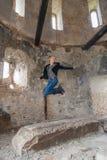 Kobieta przy Starym budynku doskakiwaniem fotografia royalty free