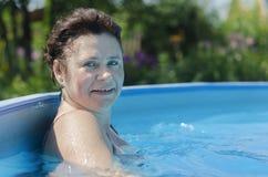 Kobieta przy stroną lato basen obraz royalty free