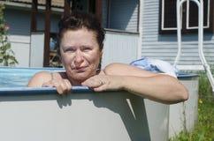 Kobieta przy stroną lato basen obraz stock
