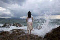 Kobieta przy surfy plażą Zdjęcia Stock