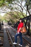 Kobieta przy sztachetowym mostem Zdjęcia Royalty Free