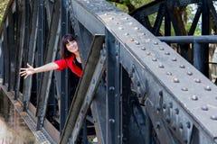 Kobieta przy sztachetowym mostem Fotografia Royalty Free