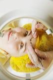 Kobieta przy twarzy epilacją obrazy royalty free