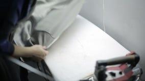 Kobieta przy ubraniową fabryką odprasowywającą z bliska zbiory wideo