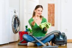 Kobieta przy wiosny cleaning Zdjęcia Royalty Free