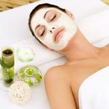Kobieta przy zdroju salonem z kosmetyka maską na twarzy zdjęcia royalty free