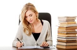 Kobieta przygotowywa egzamin, liczy na kalkulatorze Zdjęcie Royalty Free