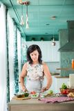 Kobieta przygotowywa gazpacho Fotografia Royalty Free