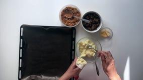 Kobieta przygotowywa kartoflanych croquettes Smażyć farsz pieczarki i farsz zbiory