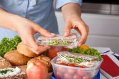Kobieta przygotowywa takeaway posiłek Fotografia Royalty Free