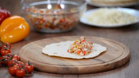 Kobieta przygotowywa wy?mienicie meksyka?skich enchiladas Kulinarni warsztaty zbiory