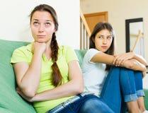 Kobieta przyjaciół malkontenctwo i siedzieć Fotografia Stock