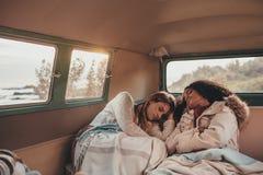 Kobieta przyjaciele śpi w samochodzie dostawczym zdjęcia stock