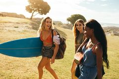 Kobieta przyjaciele na wakacyjnym mieć zabawę obraz stock