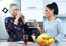 Kobieta przyjaciele pije kawę i opowiadać Fotografia Royalty Free