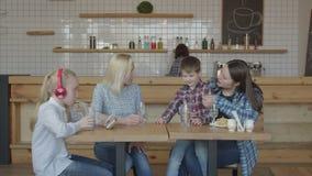 Kobieta przyjaciele z dziećmi spotyka w bufecie zbiory wideo