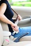 Kobieta przymocowywa seatbelt Obrazy Stock