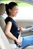 Kobieta przymocowywa seatbelt Fotografia Stock
