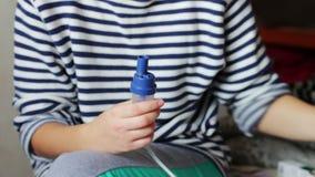 Kobieta przystosowywa inhalator dla inhalaci zdjęcie wideo