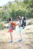 Kobieta przystosowywa plecaka jej przyjaciel zdjęcie stock