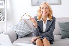 Kobieta psychologa portreta obsiadanie przy przypadkowy ministerstwa spraw wewnętrznych śmiać się rozochocony obrazy stock