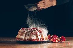 Kobieta pudruje boże narodzenie tort obrazy stock