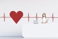 Kobieta recepcjonista w szpitalu, kierowy nakreślenie Fotografia Stock