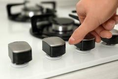 Kobieta regulacyjny kulinarny tryb na benzynowej kuchenki panelu zdjęcia stock