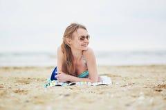 Kobieta relaksuje i sunbathing na piasek plaży Fotografia Royalty Free