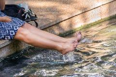 Kobieta relaksuje kurortu zdroju wody obsiadaniem i parkiem zdjęcie royalty free