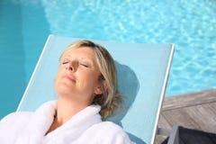 Kobieta relaksuje lato i cieszy się basenem Zdjęcia Royalty Free