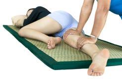 Kobieta relaksuje mieć Tajlandzkiego masaż obrazy stock