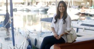 Kobieta Relaksuje Na ławce W jachtu porcie Obrazy Stock