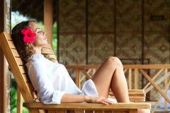Kobieta relaksuje na bryczka holu fotografia royalty free