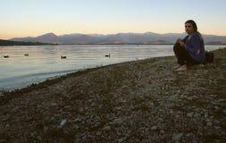 Kobieta Relaksuje na jezioro plaży Fotografia Stock