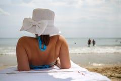 Kobieta relaksuje na lounger zdjęcia stock