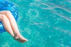 Kobieta relaksuje na nadmuchiwanym pierścionku w wodzie morskiej zdjęcia royalty free