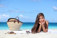 Kobieta relaksuje na plaża wakacje wakacjach letnich Fotografia Stock