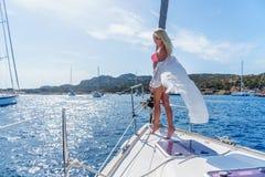 Kobieta relaksuje na rejs łódkowatej jest ubranym tunice Zdjęcie Royalty Free