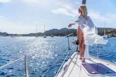 Kobieta relaksuje na rejs łódkowatej jest ubranym tunice Zdjęcia Stock