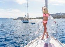 Kobieta relaksuje na rejs łódkowatej jest ubranym tunice Obraz Stock