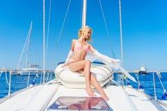 Kobieta relaksuje na rejs łódkowatej jest ubranym tunice Obrazy Royalty Free