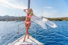 Kobieta relaksuje na rejs łódkowatej jest ubranym tunice Fotografia Royalty Free