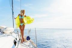 Kobieta relaksuje na rejs łódkowatej jest ubranym tunice Obraz Royalty Free