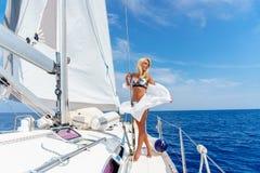 Kobieta relaksuje na rejs łódkowatej jest ubranym tunice Obrazy Stock