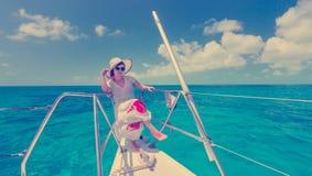 Kobieta relaksuje na saiboat w środku morze zdjęcia royalty free