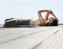 Kobieta relaksuje outdoors na słonecznym dniu Fotografia Royalty Free